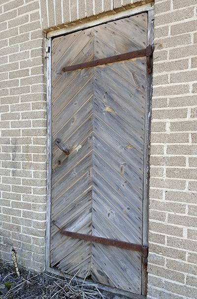 Metallihallin ovi